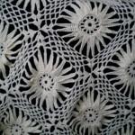 Белая шаль из мотивов крючком